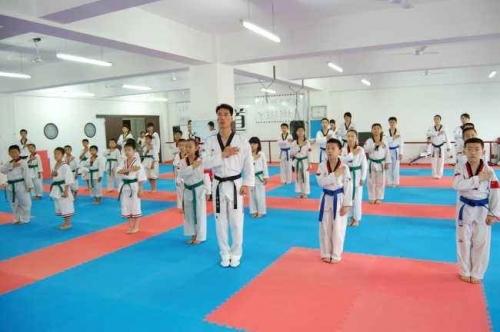 练少儿跆拳道是磨炼思维的全过程,会给你发觉个人缺点、训练的不够